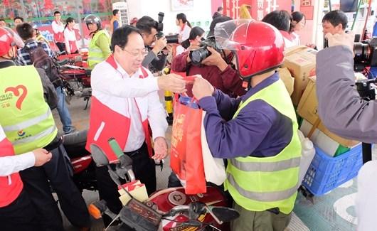 """中国石化""""情暖驿站""""为11000名返乡摩骑免费加油"""