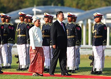 习近平出席缅甸总统温敏举行的欢迎仪式
