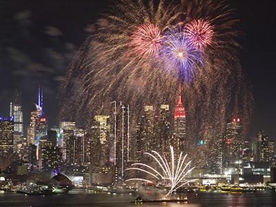纽约燃放焰火点亮彩灯 庆祝中国春节