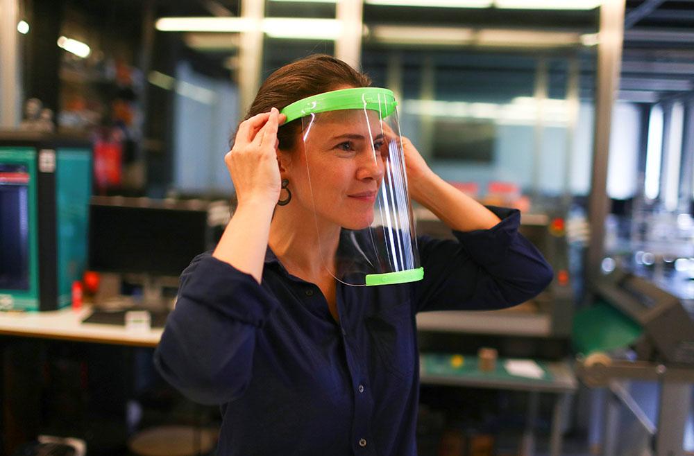 巴西技术人员用3D技术为医护人员制作防护面罩