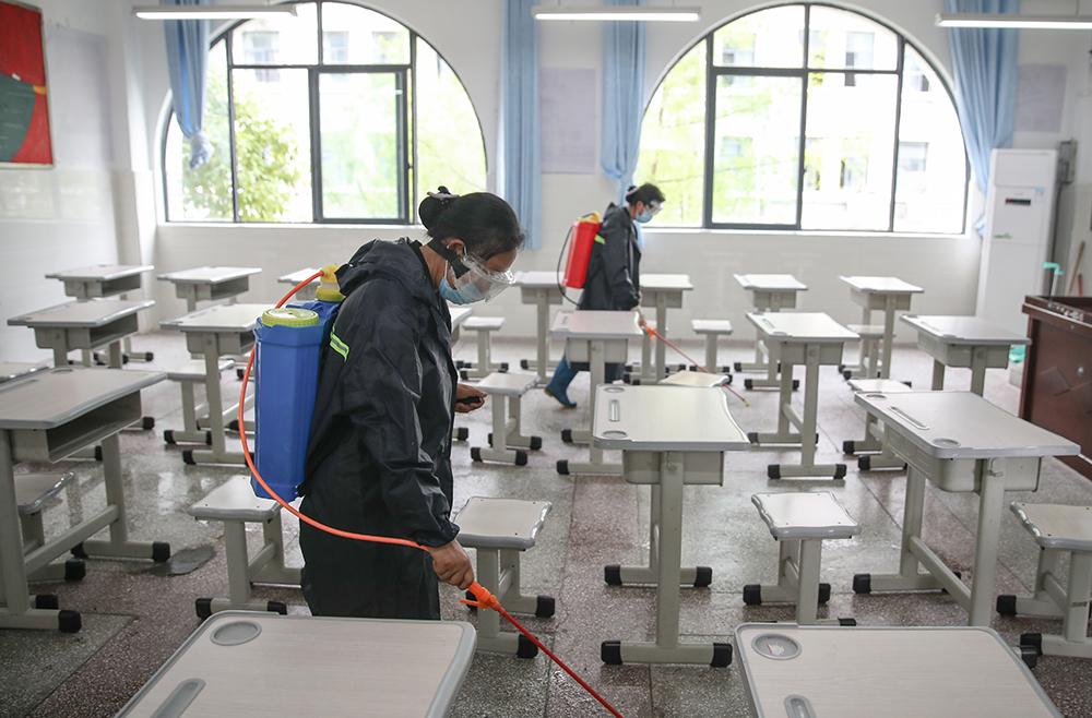 高考考点对考场进行防疫消杀