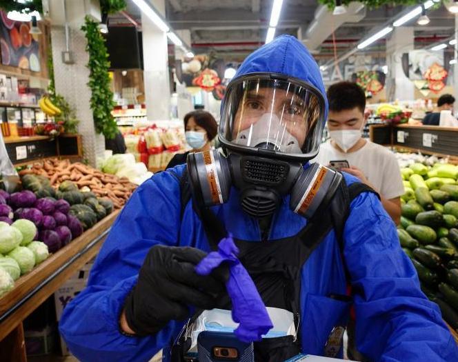 纽约市民戴防护面具为超市顾客发手套