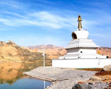 黄河青海段白塔碧水构成绝美风景