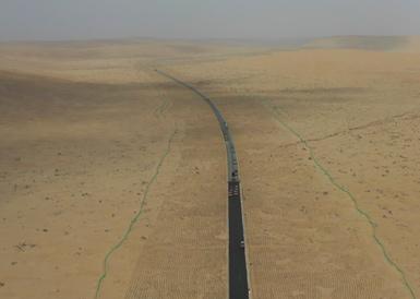 直击穿越塔克拉玛干沙漠的公路施工现场