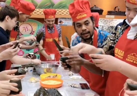 广西留学生、外教体验包粽子