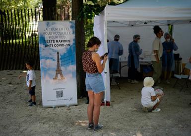 埃菲尔铁塔为游客提供新冠病毒快速检测