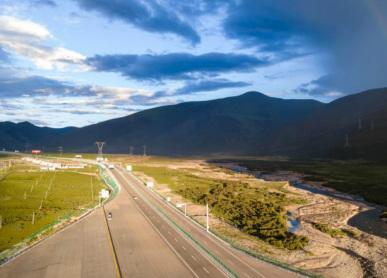 西藏拉林高等级公路夏日风光秀丽