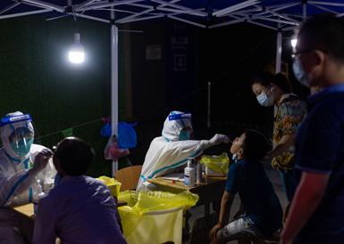 直击夜幕下的南京街头核酸检测点