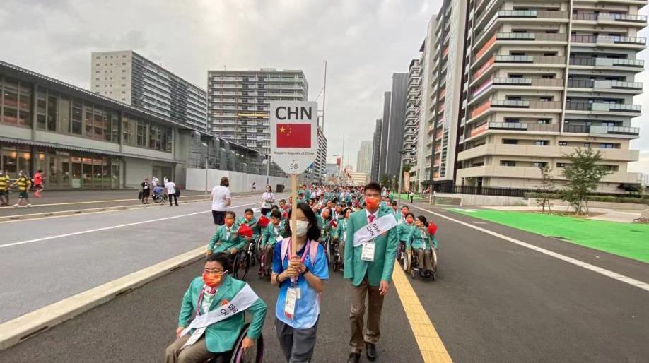 中国代表团前往东京残奥会开幕式现场