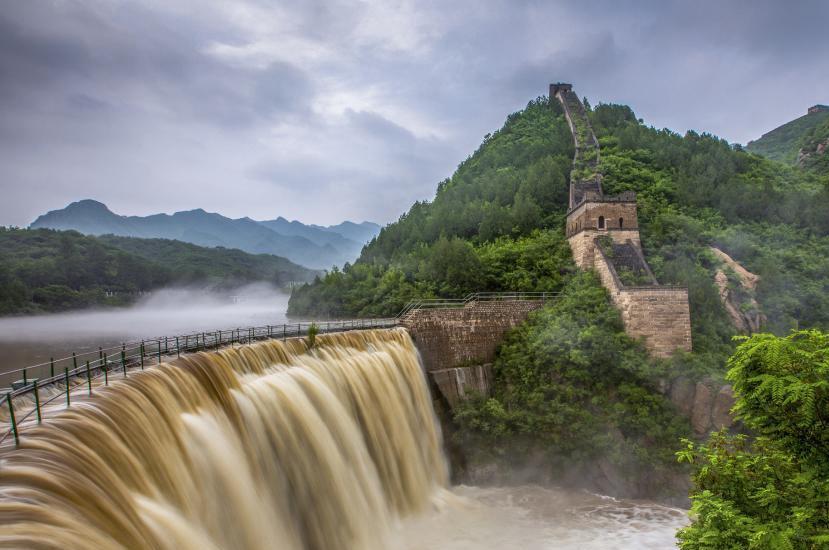 北京怀柔黄花城长城水库现瀑布景观
