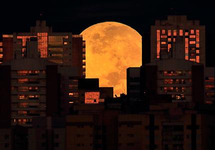 【图刊】 邀君赏明月 饱览全球满月美景