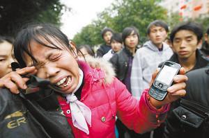 余林/看着余林手机里的照片,余林的母亲悲痛欲绝。本报记者何熠实习...