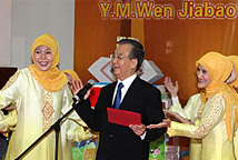 温家宝与当地学生合唱印尼传统民歌