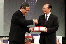 温家宝向马来亚大学校长赠送图书