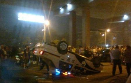 警察酒驾套牌车与人冲突警车被掀翻官方回应(图)