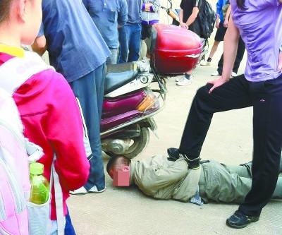 警察玩白袜帅哥视频_日本一男子因全裸乘坐电车被捕自称酒后失态