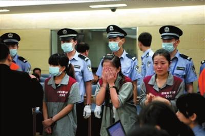 一名女嫌犯在法庭上捂着脸泣不成声.本报通讯员谢伟辉摄-谎称包中图片