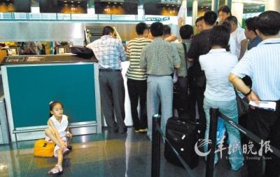 台前 北京/因航班延误,乘客挤在柜台前办理机票改签新快报记者王小明摄...