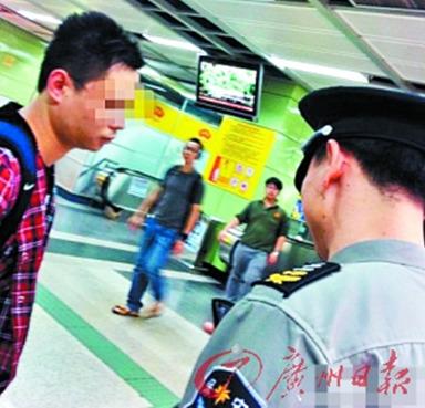 偷拍 女性 男子/事主提供的现场图片,地铁保安正在盘查偷拍男子。