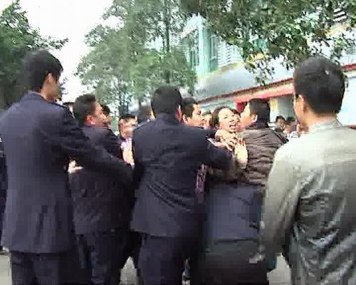 几名城管围殴商贩