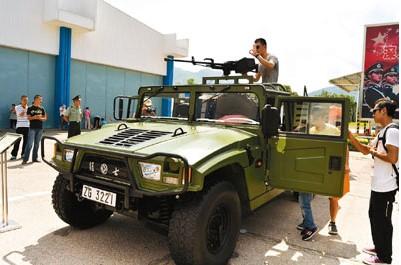 驻港部队向香港市民开放军营 先进装备引关注