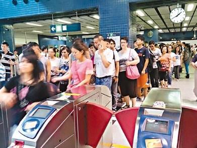 港六旬精神病妇人跳地铁身亡逾千乘客滞留车站