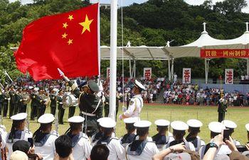 两艘新护卫舰入列驻港部队逾万港人登船参观(图)