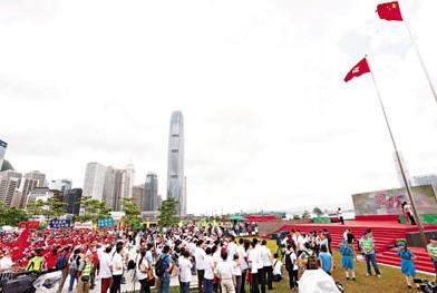 22万人手牵手香港18区共庆回归16周年(图)