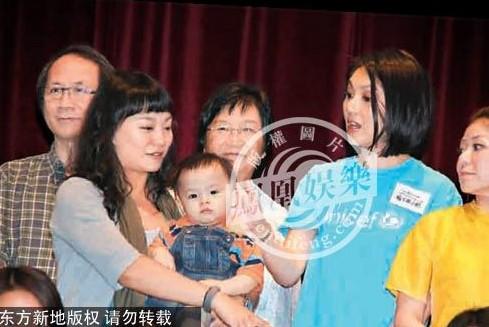 香港/杨千嬅分享喂母乳艰难经历,坦言香港对喂母乳的妈妈支持不足。