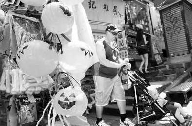 攤販推出群魔面具香港步入萬聖節狂歡月(圖)