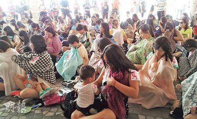 香港70名妈妈街头快闪喂母乳 促港府保障权