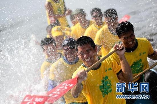 图:澳门举行传统龙舟队下水礼