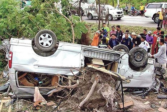 香港旅客泰国遇车祸3死3伤疑因闪避撞树肇祸(图)