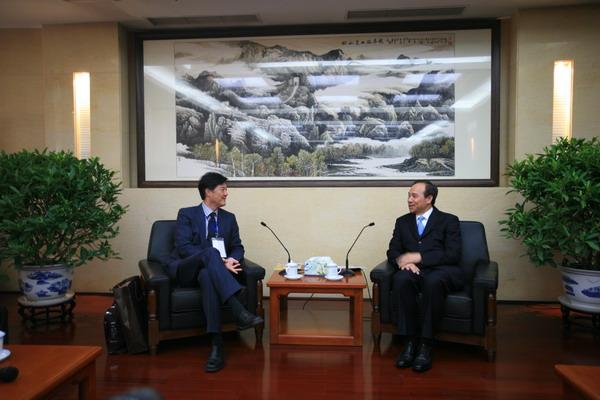 港澳办副主任希望香港注重发展经济重视青年工作