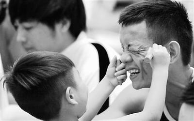 """香港爸爸因工作忙不顾家被指与子女""""渐行渐远"""""""
