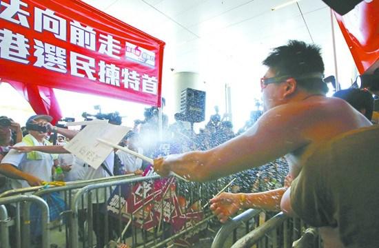 香港两派激烈对决政改案25名议员舌战立法会