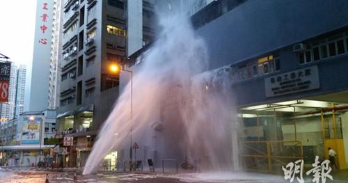 香港火炭工厂区连环爆水管水柱10米高(图)