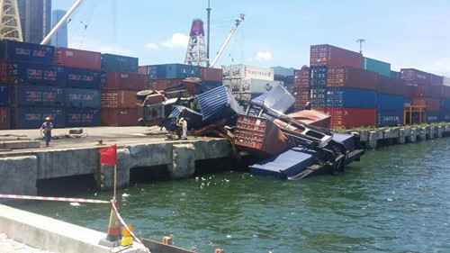 香港深水埗发生工业意外吊机翻侧将货柜推落海中