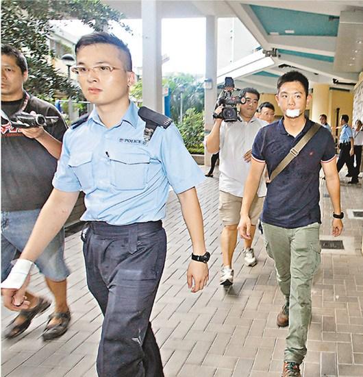 香港失常男子大闹两小时高空扔杂物打脱警察门牙