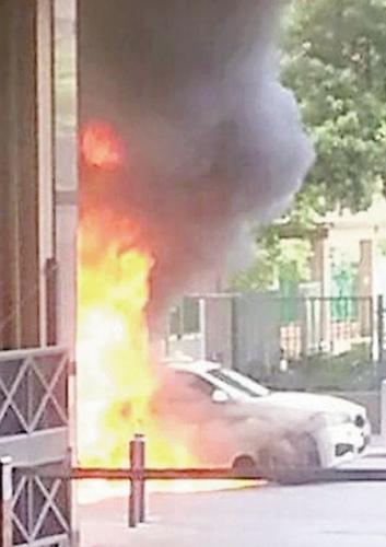 香港一辆试驾车意外自燃百万宝马转瞬成废铁