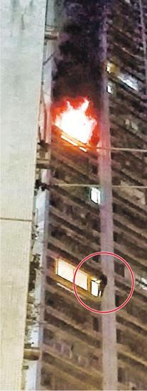 青年疑放火烧家沿外墙下爬9层楼逃生(图)