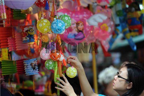 图:中秋将至香港各式灯笼上市吸引市民选购