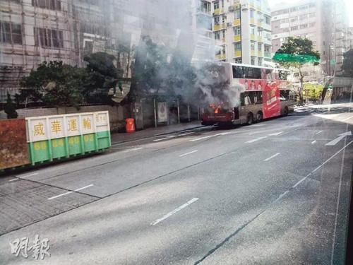 香港九龙城发生巴士自焚意外60名乘客紧急疏散