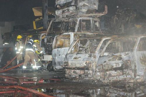 香港一废车场发生火警约10辆车被焚毁(图)