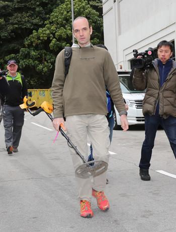4名外籍军事迷在港寻获战时手榴弹及子弹(图)