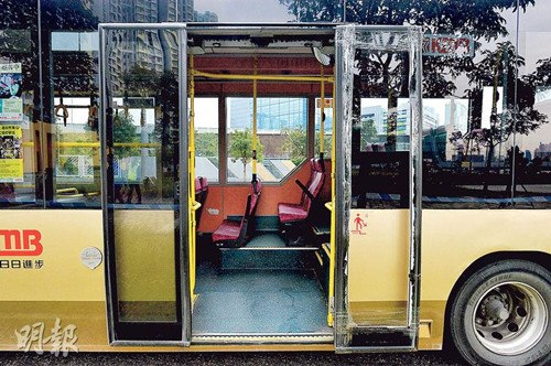 香港发生罕见意外巴士转弯乘客撞门飞出车外