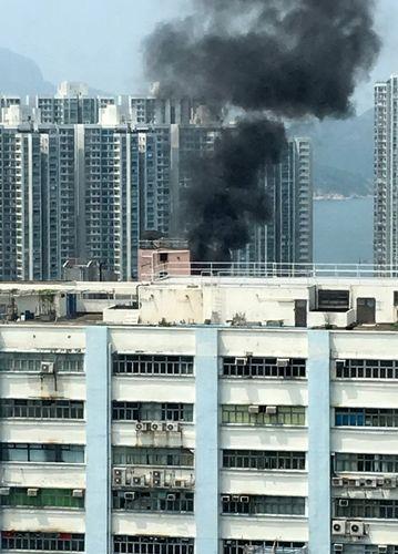 大厦天台突发大火少妇抱婴儿狂跑31层楼成功逃生