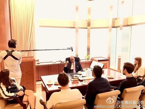 香港首富李嘉诚病愈复工 面带笑容主持会议(图)