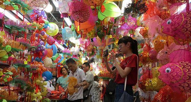 中秋将至香港灯笼热卖 网店低价抢走玩具店生意