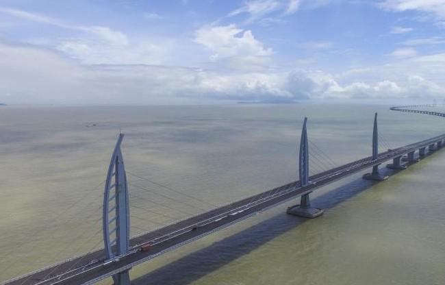 受浓雾影响港珠澳大桥桥梁航道临时封航